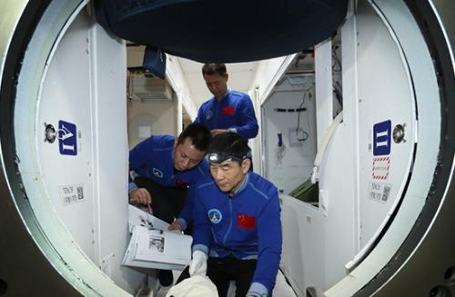 """完成绕飞及径向交会试验,""""太空出差三人组""""即将启程返回"""